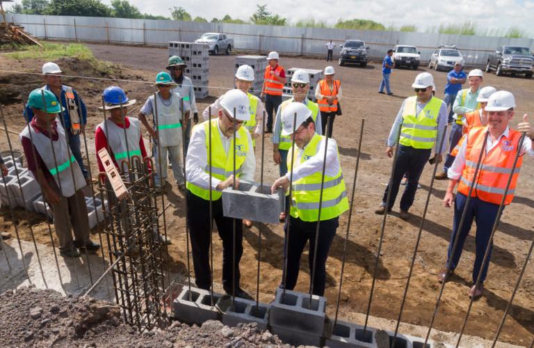 Directivos del grupo francés Delfingen colocan primera piedra de lo que será su nueva nave industrial en ZOFRIC de Grupo Coen